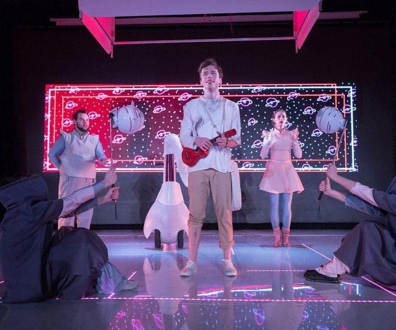 """Review: Spectacolul """"Minunata Lume Nouă"""", la Festivalul Excelsior Teen Fest"""